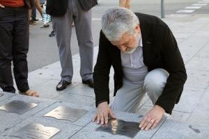 GOnzalo Pontón col·loca la placa amb el nom de Josep Fontana