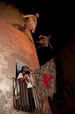 La mort, amb el cap de rata, dança pels carrers de casc antic d'Arenys de Mar