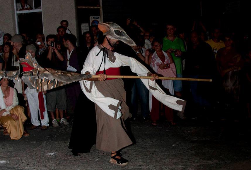La mort, amb el cap de rata, dasa pels carrers del centre històric d'Arenys de Mar