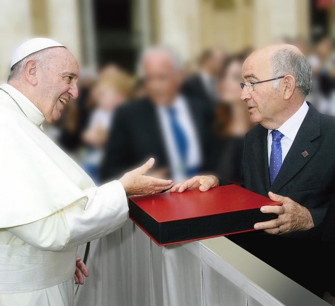 Lluís Pagès fent entrega al Papa Benet XVI d'un exemplar del llibre. Foto©Servizio Fotografico L'OR